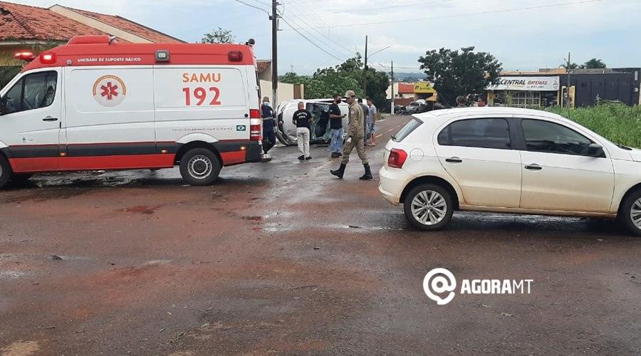 Imagem: Carro capota em acidente no bairro Santa Marta Veículo capota em acidente no bairro Santa Marta