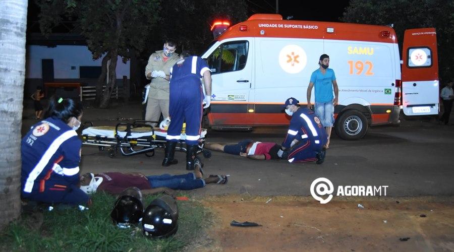Imagem: Dois motociclistas recebendo atendimento medico Dois motociclistas ficam feridos após colisão próximo ao viaduto