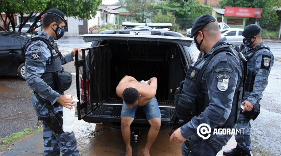 Imagem: Forca Tatica prende suspeito por trafico de droga Durante rondas, PM prende suspeito com droga e ácido bórico