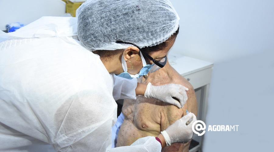 Imagem: Idoso sendo vacinado por covid em Rondonopolis Idosos com 90 anos ou mais começam a ser vacinados contra a Covid-19