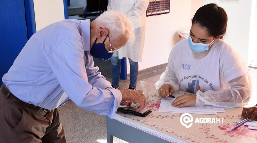 Imagem: Idosos fazendo triagem para vacinar Idosos com 90 anos ou mais começam a ser vacinados contra a Covid-19
