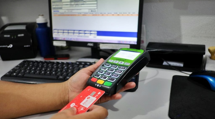 Imagem: Maquina de passar cartao Entra em vigor lei para combater superendividamento de consumidores
