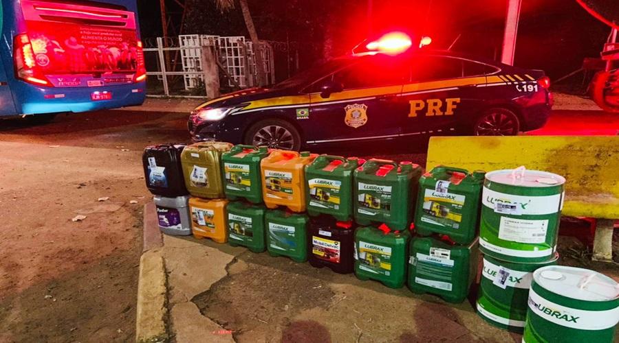 Imagem: Mercadorias oriundas de golpe sendo transportados em transportadora PRF apreende galões de óleo lubrificante para motores em nome de estelionatário