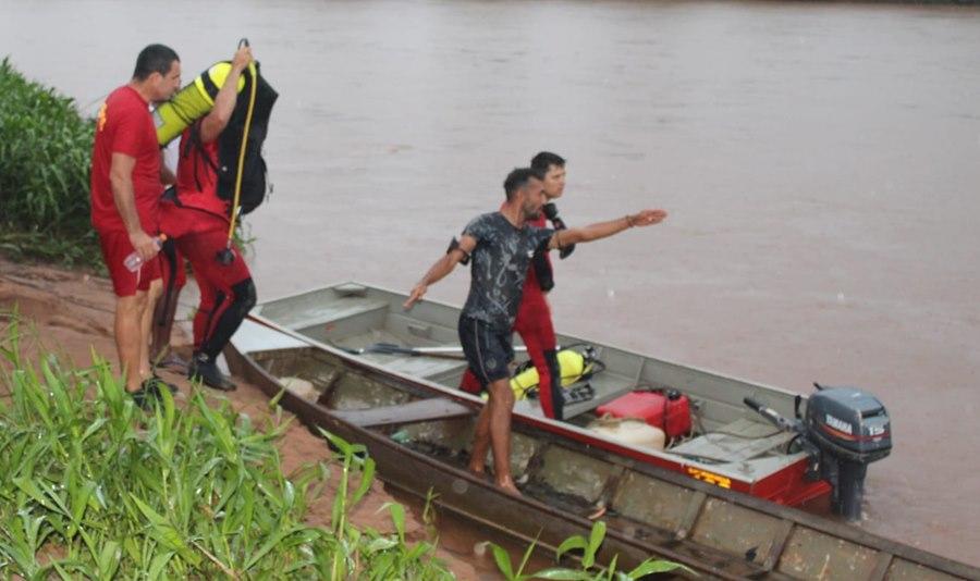 Imagem: Momento em que os Bombeiros iniciam as buscas Adolescente de 16 anos desaparece após se afogar no Rio Vermelho