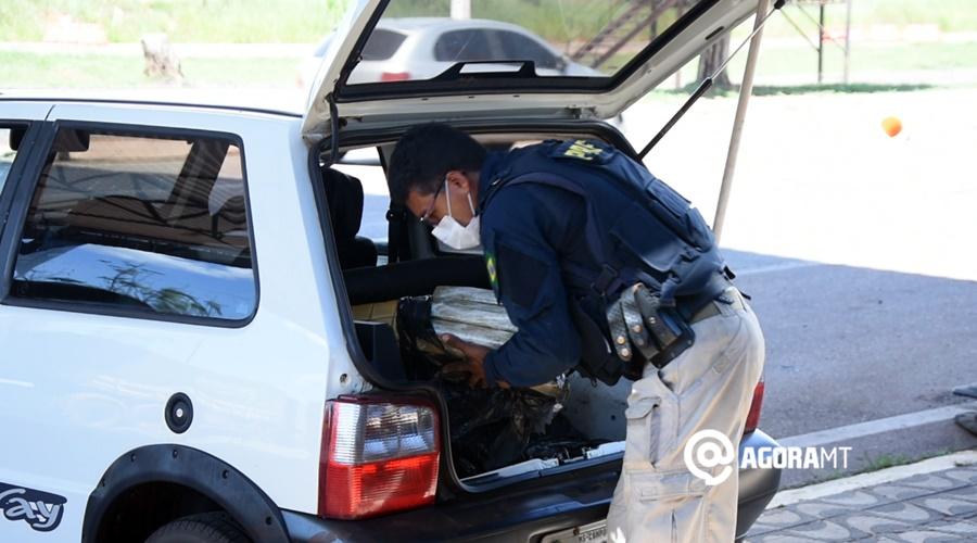 Imagem: PRF descarregando droga do veiculo apreendido PRF apreende quase 70kg de droga escondida em veículo de passeio
