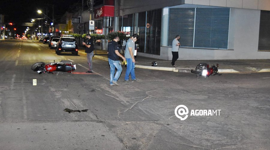 Imagem: Peritos no local do acidente Mulher fica com trauma facial após motociclista invadir a preferencial