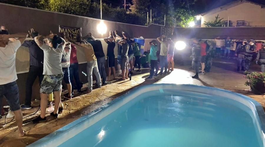 Imagem: Policia fecha festa com adolescentes PM fecha festa clandestina e cinco são detidos durante 'Operação Entrudo'