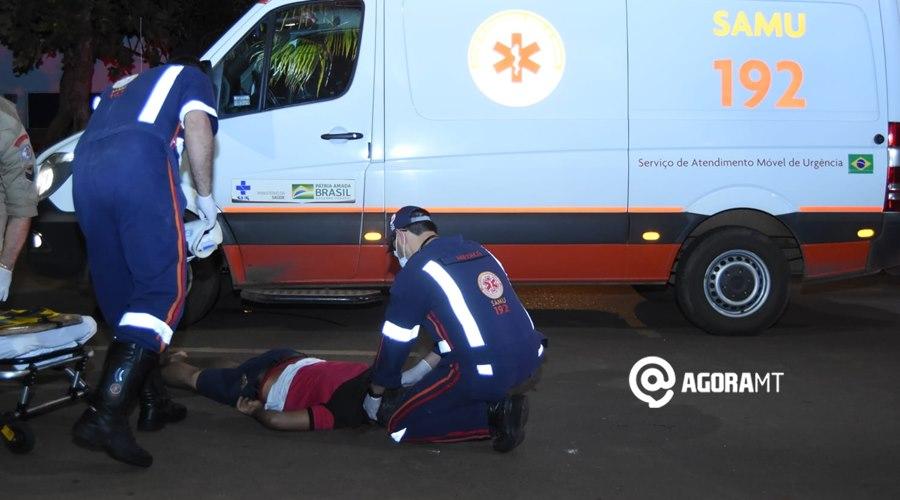 Imagem: Samu socorrendo vitima ferida Dois motociclistas ficam feridos após colisão próximo ao viaduto