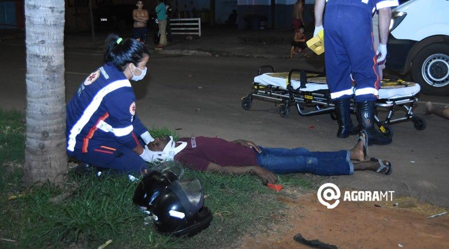 Imagem: Um dos motociclistas sendo imobilizado Dois motociclistas ficam feridos após colisão próximo ao viaduto