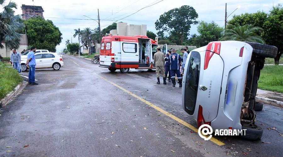 Imagem: Veiculo capota em cruzamento no Jardim Santa Marta Veículo capota em acidente no bairro Santa Marta