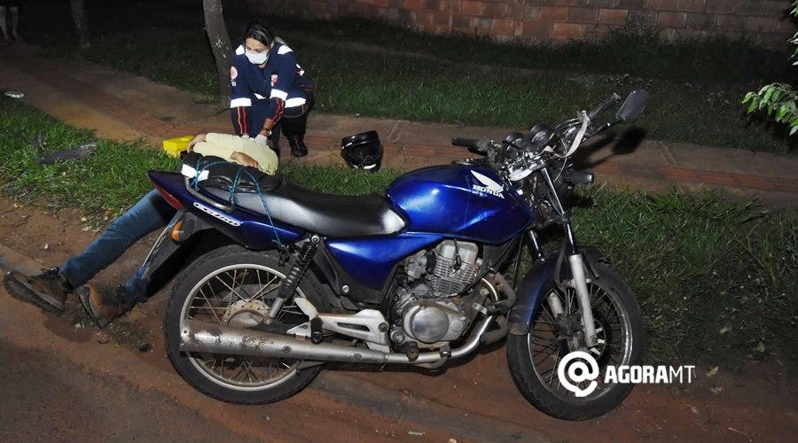 Imagem: Vitima de acidente recebendo atendimento Motorista desvia de buraco e bate em motociclista no Parque Universitário