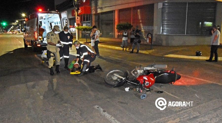 Imagem: Vitima sendo socorrida pelo SAMU Mulher fica com trauma facial após motociclista invadir a preferencial