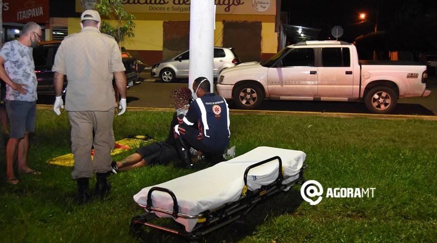 Imagem: Vitima sendo socorrida pelo Samu 1 Motorista é preso após dirigir embriagado e provocar acidente