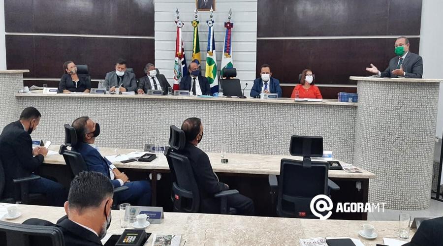 Imagem: Wellngton discursando Wellington recebe homenagem da Câmara Municipal de Rondonópolis