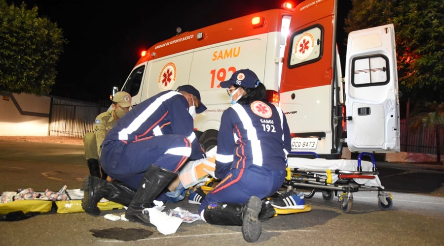 Imagem: acidente Entregador bate em caçamba e sofre fratura em uma das pernas