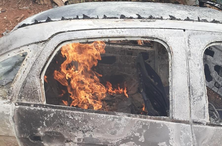 Imagem: carro incendiado Casal de idosos é assassinado e carro do casal incendiado