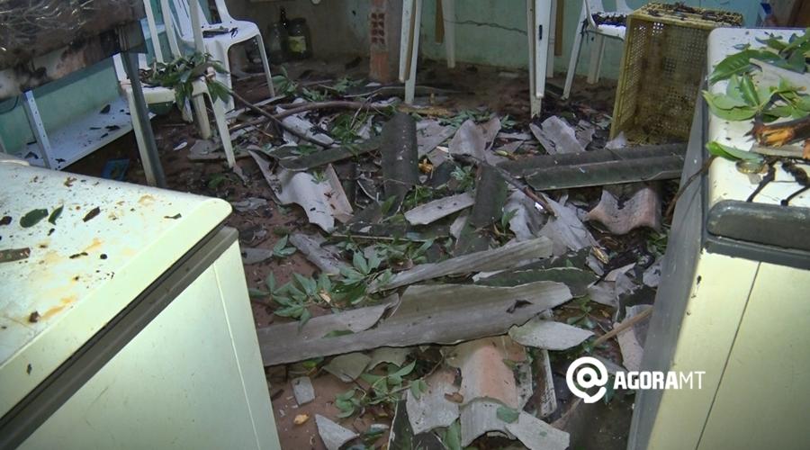 Imagem: casa destruida Árvore de grande porte cai durante chuva e destrói casa