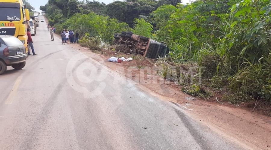 Imagem: 4b4620e6 6d49 4e90 bb5f db447f4f23ad Batida entre carro de passeio e carreta deixa duas pessoas feridas