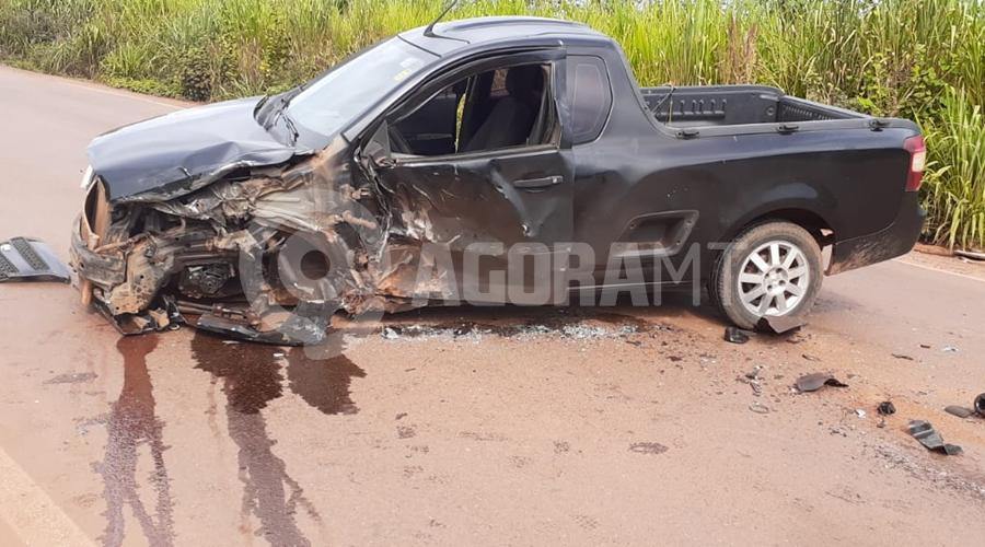 Imagem: 98aea4fc 9e22 4f8d 9c75 c0059fec0c03 Batida entre carro de passeio e carreta deixa duas pessoas feridas