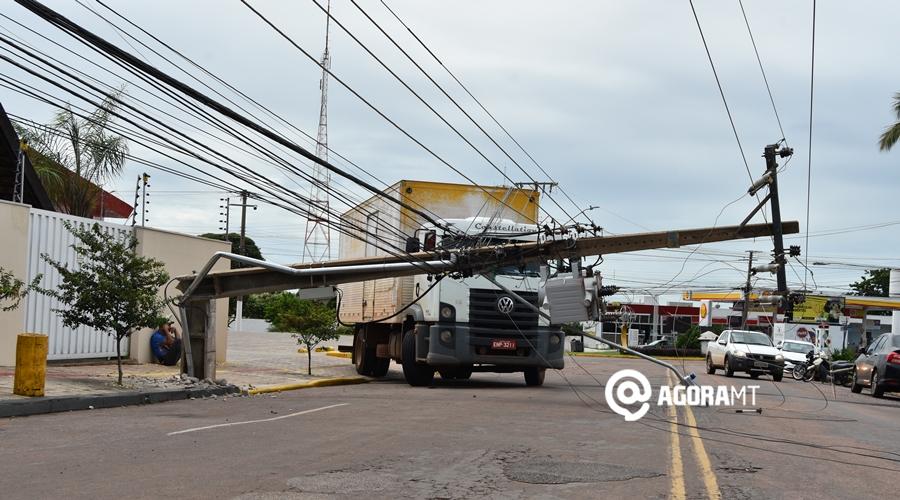 Imagem: Caminhao em meio a fios de energia Caminhão baú enrosca e derruba poste e fiação elétrica