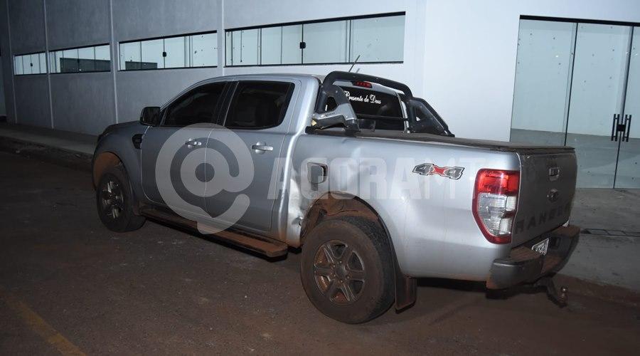 Imagem: Caminhonete envolvida no acidente Motociclista fica ferido em acidente com caminhonete em Rondonópolis