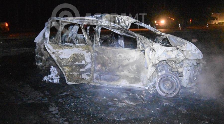 Imagem: Carro destruido pelo fogo Um motorista fica desacordado dentro de carro em chamas e outro é atropelado