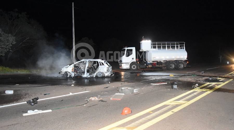 Imagem: Colisao carro em carreta na MT 130 Um motorista fica desacordado dentro de carro em chamas e outro é atropelado