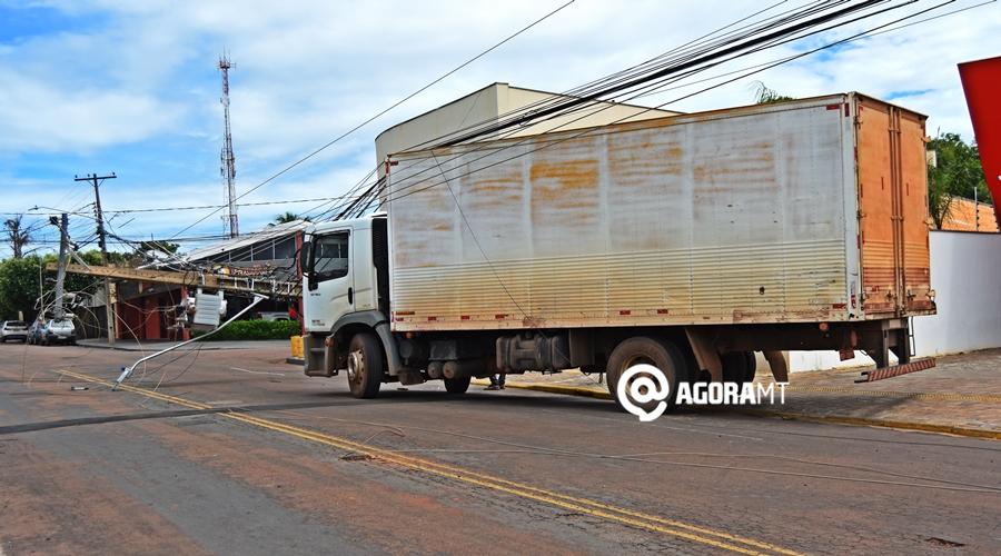 Imagem: Colisao de caminhao em poste de energia Caminhão baú enrosca e derruba poste e fiação elétrica
