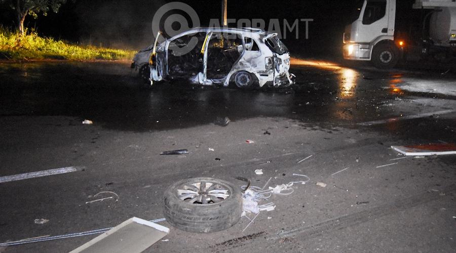 Imagem: Devido ao impacto a roda do carro foi arrancada Um motorista fica desacordado dentro de carro em chamas e outro é atropelado