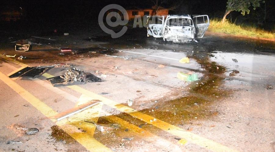 Imagem: Local onde houve a colisao Um motorista fica desacordado dentro de carro em chamas e outro é atropelado