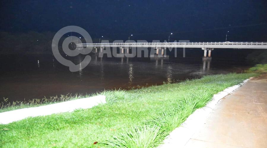 Imagem: Local por onde o garoto passou sendo levado pela agua Garoto é visto sendo arrastado pelas águas do Rio Vermelho pedindo socorro