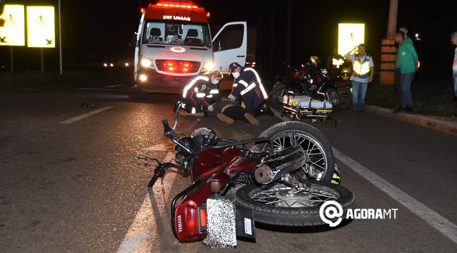 Imagem: Momento em que o Samu chegou para socorrer a vitima Motociclista fica desacordado em estado gravíssimo após acidente com carreta