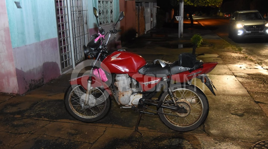 Imagem: Motocicleta envolvida no acidente Motociclista fica ferido em acidente na Vila Operária