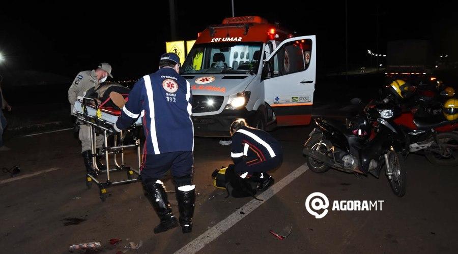 Imagem: Vitima sendo socorrida Motociclista fica desacordado em estado gravíssimo após acidente com carreta