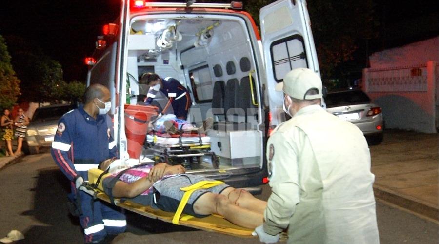 Imagem: Vitimas do acidente sendo socorridas Pedestre é atropelado por motociclista no bairro Dom Bosco