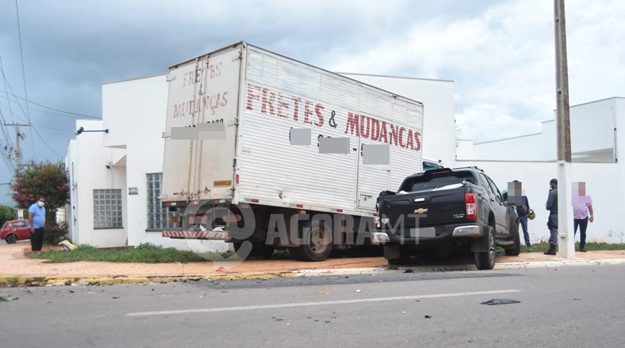 Imagem: acidente na fuga 2 Durante fuga, suspeito bate caminhonete em caminhão e acaba preso