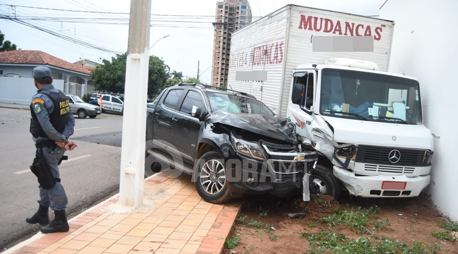 Imagem: acidente na fuga Durante fuga, suspeito bate caminhonete em caminhão e acaba preso