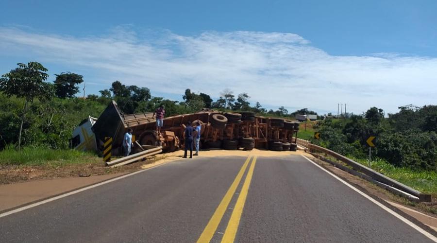 Imagem: carreta tombada 2 1 Para evitar atropelamento, motorista desvia e tomba carreta