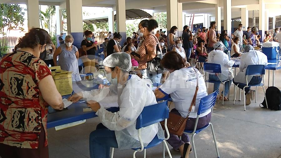 Imagem: filas covid coronavirus pandemia vaciacao imunizante foto ze roberto tv cidade Filas marcam vacinação na escola Pindorama em Rondonópolis