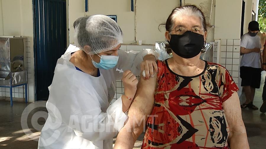 Imagem: idosa vacinacao covid pandemia coronavirus foto foto ze roberto Secretário de Saúde explica filas e pede calma à população de Rondonópolis