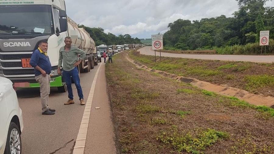 Imagem: pista interditada br 163 Carreta tomba e pega fogo na BR 163 em Rondonópolis