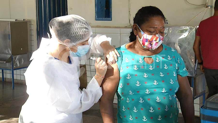 Imagem: vacinacao idosos covid coronavirus pandemia foto Ze Roberto TV CIDADE Filas marcam vacinação na escola Pindorama em Rondonópolis