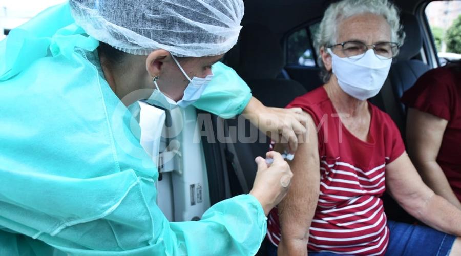 Imagem: 4fd27a93 d659 42d8 ac0a 6a0d54edfcf6 Idosos de 70 anos ou mais recebem a 1ª dose da vacina