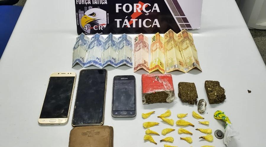 Imagem: 599c1523 404b 4802 8c53 f68b6ee8eb0f Trio é preso após ser flagrado com drogas em terreno baldio