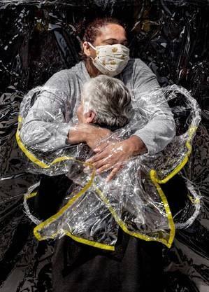 Imagem: Abraco entre enfermeira e paciente 1 Abraço de idosa em enfermeira vence prêmio de fotojornalismo em SP