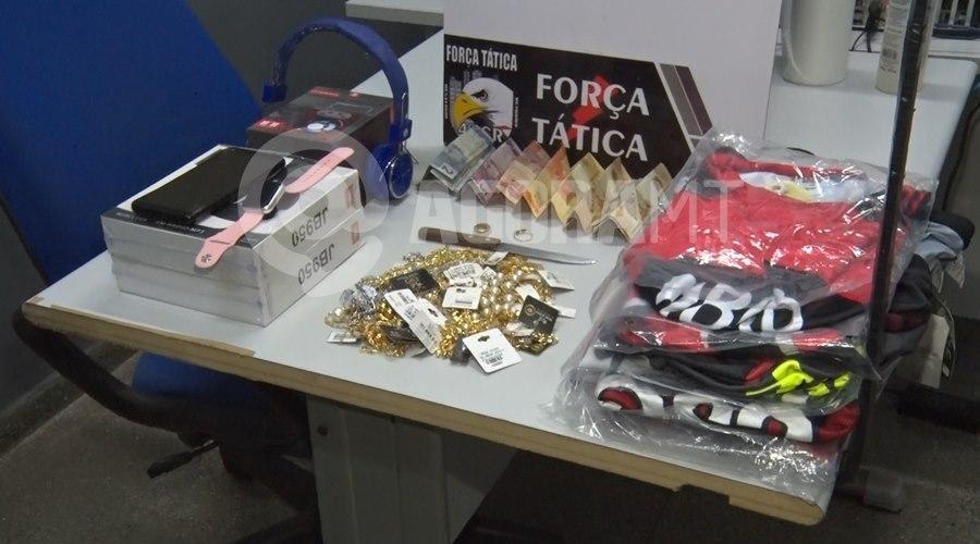 Imagem: Acessorios e dinheiro recuperado Polícia Militar apreende dupla após realizar roubo e recupera dinheiro e objetos