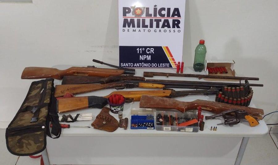 Imagem: Armas apreendidas Após denuncia PM apreende várias armas e munições