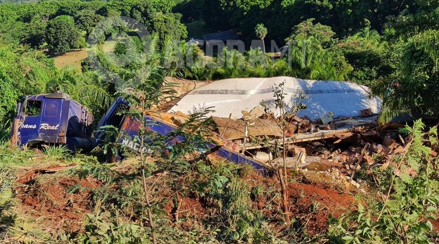 Imagem: Caminhao carregado de carne tomba em Tangara da Serra Caminhão tomba carregado de carne e cerca de três mil pessoas saqueiam carga