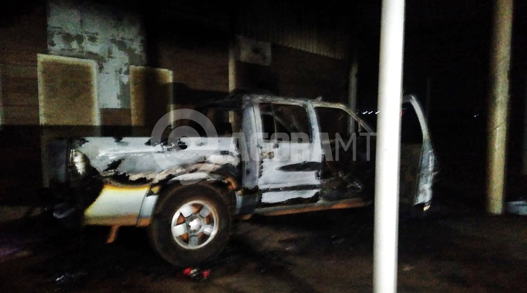 Imagem: Caminhonete queimada Homem é assassinado e tem casa incendiada durante a madrugada