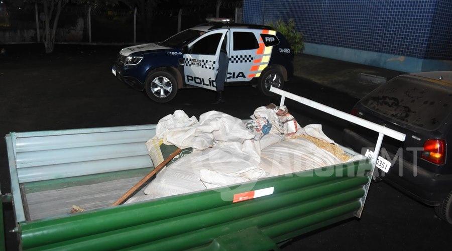 Imagem: Carga de milho recuperada Dupla tenta furtar carga de carreta em movimento e é presa pela PM